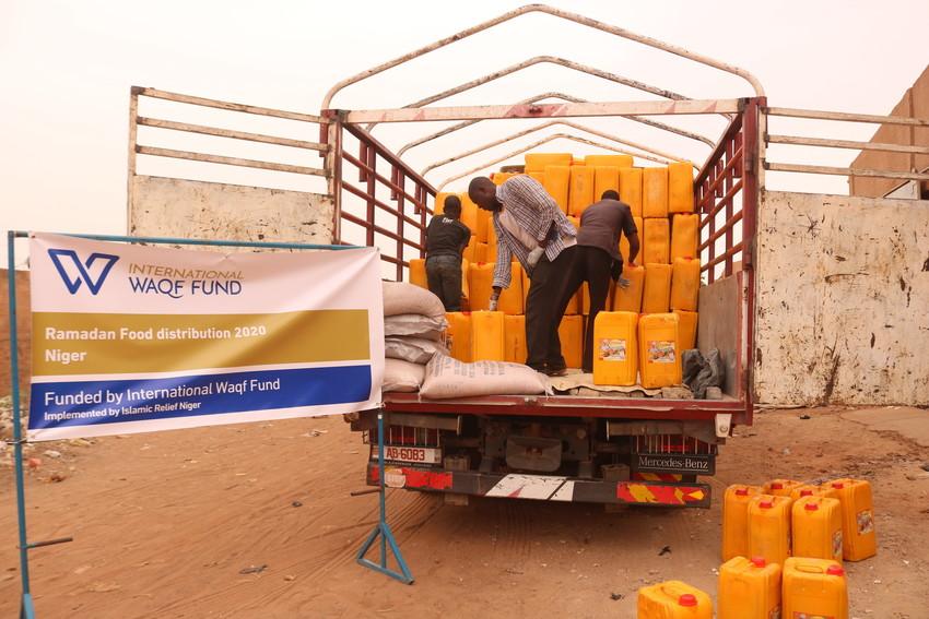 Workers distributing food packs in Niger